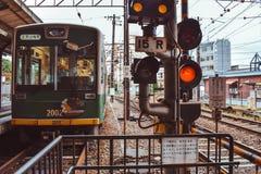 Le train de voyageurs japonais de Traditiona de la ligne de Hankyu Kyoto images stock