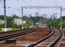 Le train de voyageurs obtenant sur la gare Photographie stock libre de droits