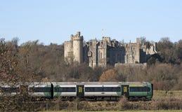 Le train de voyageurs passant le château R-U d'Arundel image libre de droits
