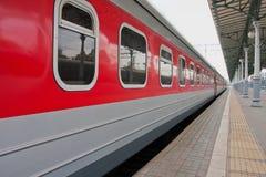 Le train de voyageurs sur la plate-forme Photos libres de droits