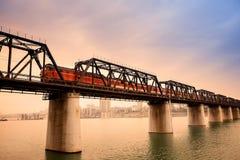 Le train de voyageurs sur le pont Photos libres de droits