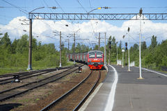 Le train du St Petersbourg arrive à la région de Petrokrepost Léningrad de station Photographie stock libre de droits