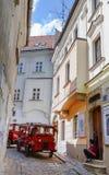 Le train du touriste dans la vieille rue historique d'allée de bas-côté à Bratislava Bratislava est la capitale de la Slovaquie s Photographie stock libre de droits