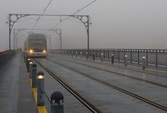 Le train en brouillard Photographie stock libre de droits