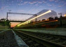 Le train est arrivé au coucher du soleil Photos libres de droits