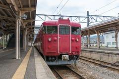 Le train local à la station de Nanao images stock