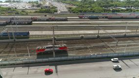Le train locomotif tire vers le haut à la gare ferroviaire, tir aérien Russie septembre 2018 clips vidéos