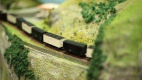 Le train miniature de Scale Railway Steam de modèle avec des chariots conduit banque de vidéos