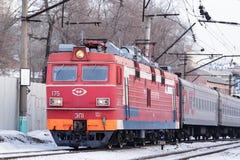 Le train mobile avec une locomotive dans l'avant Images stock