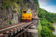 Le train monte sur le chemin de fer de la Birmanie dans la province de Kanchanaburi, Thaïlande photos stock