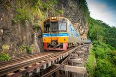 Le train monte sur le chemin de fer de la Birmanie dans la province de Kanchanaburi, Thaïlande image libre de droits