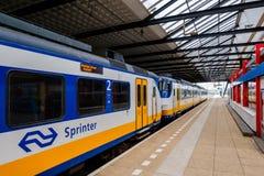 Le train néerlandais quitte la gare ferroviaire Schiedam, Pays-Bas images libres de droits