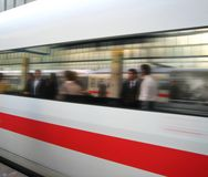 Le train obtient à la gare Photographie stock libre de droits
