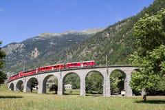 Le train rapide de Bernina passe par le viaduc circulaire célèbre image libre de droits