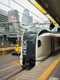 Le train rapide de Narita à la station de Shinjuku avec le cocon dominent de retour Photographie stock