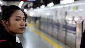 Le train rapide est arrivé à la gare ferroviaire banque de vidéos