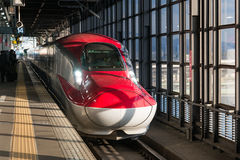 Le train rouge de balle de la série E6 (ultra-rapide, Shinkansen) à Morioka Photo stock