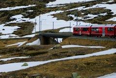Le train rouge de Bernina sur un pont photo stock