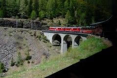 Le train rouge de Bernina voyageant sur le viaduc très célèbre image stock