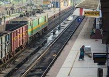 Le train s'arrêtant à la plate-forme à Âgrâ, Inde Photos libres de droits