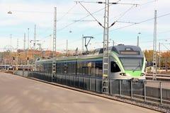Le train suburbain moderne part station image libre de droits