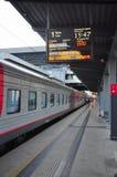 Le train sur la plate-forme à la station de train une soirée chaude Images libres de droits