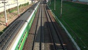 Le train sur le chemin de fer banque de vidéos