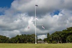 Le Traité de Waitangi fond le mât de drapeau photographie stock