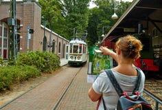 Le tram arrêtent la station en parc images libres de droits