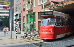 Le tram arrive à la gare ferroviaire de la Haye Photos libres de droits