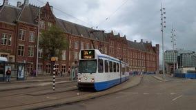 Le tram dans la ville d'Amsterdam à la station centrale - AMSTERDAM - LES PAYS-BAS - 19 juillet 2017 banque de vidéos