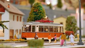 Le tram modèle arrive alors deux trains passent par sur un diorama banque de vidéos