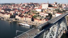 Le tram monte sur le pont célèbre de Ponte LuÃs I portugal Effet de décalage d'inclinaison clips vidéos