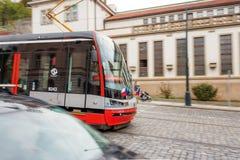 Le tram rouge se déplace sur les rues de Prague Photographie stock libre de droits