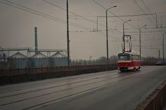 Le tram rouge traverse le pont Image libre de droits