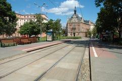 Le tram s'arrête sur la place de Cyryla Ratajskiego à Poznan, Pologne Photos stock