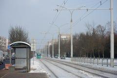 Le tram va à un arrêt image stock