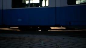 Le tram va sur des rails dans la ville Le soleil clignote par les fenêtres du transport civil banque de vidéos