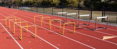 Le transenne hanno installato per pratica di salto su una pista Fotografie Stock