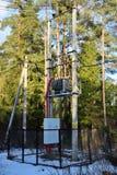 Le transformateur au poteau des deux poteaux de la barrière photos libres de droits