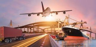 Le transport de panorama et le concept logistique en le bateau de camion surfacent pour le fond logistique d'importations-exporta photos stock