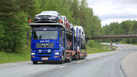 Le transporteur de voiture d'HOMME transporte de nouvelles voitures Images libres de droits