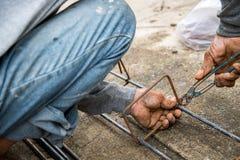 Le travail attache l'acier pour le chantier de construction Photos libres de droits