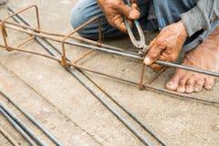 Le travail attache l'acier pour le chantier de construction Photo stock