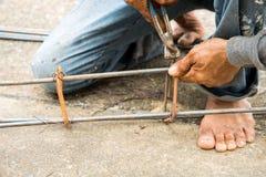 Le travail attache l'acier pour le chantier de construction Images libres de droits