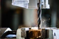 Le travail avec la puissance forent dedans l'atelier du charpentier Image stock