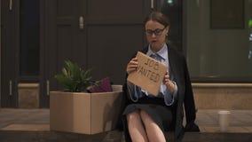 Le travail d'écriture de femme d'affaires a voulu la rue de connexion de carton clips vidéos