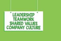 Le travail d'équipe de direction des textes d'écriture a partagé la culture d'entreprise de valeurs Concept signifiant le commu d illustration stock