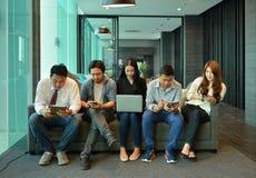 Le travail d'équipe des gens d'affaires asiatiques ne sont pas intéressé par chacun transhorizon Images libres de droits