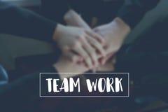 Le travail d'équipe des textes sur la coordination de main de fond de l'équipe représente la collaboration photo libre de droits